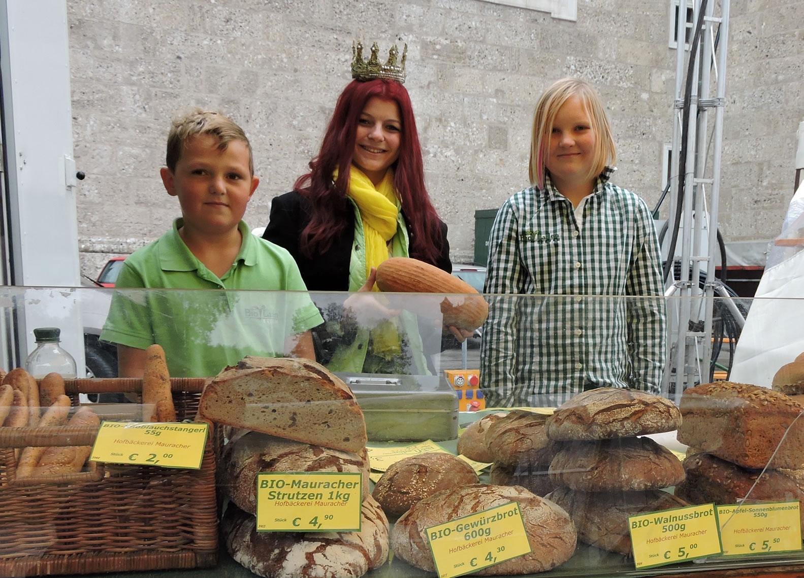 Hier zu sehen die beiden Kinder von Margit und Thomas Wallner mit der Maria, der Königin der Bio-Heu-Region beim Biofest in Salzburg