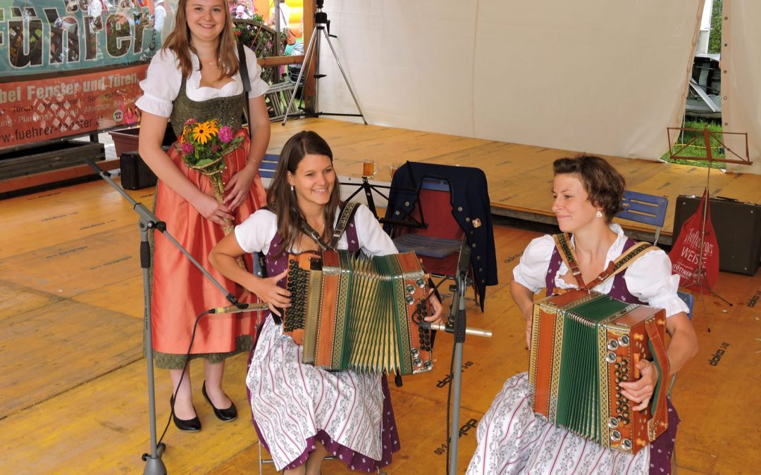 Heuköniginnenpolka und Dorffest Oberhofen