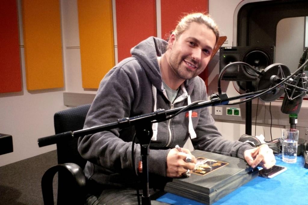 David Garret beim signieren der BioArt Geschenkbox in Salzburg