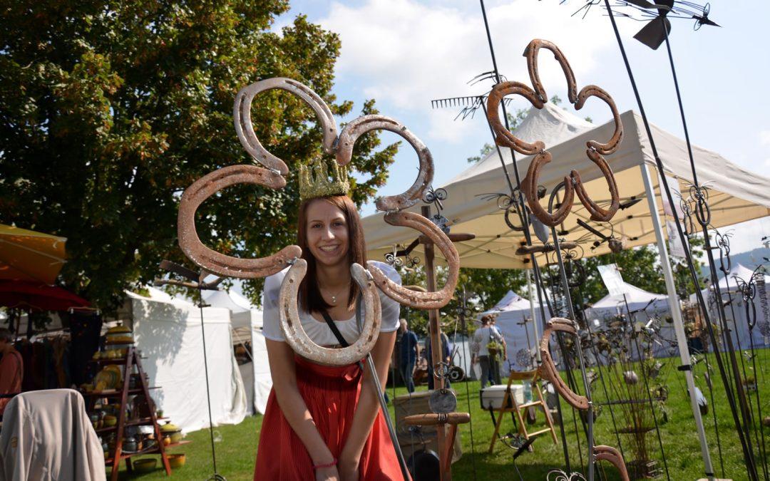 Königin besucht Kunsthandwerks Markt