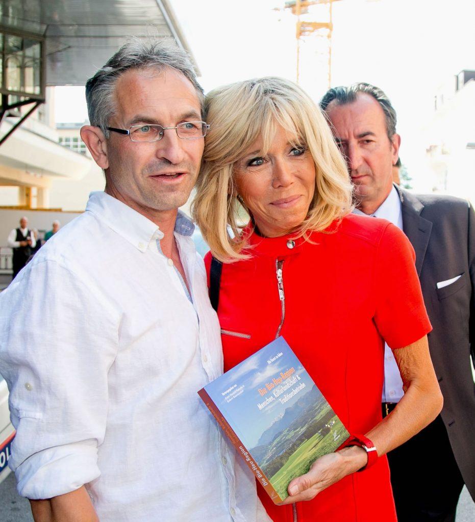 Ein besonderer Glücksfall für uns war, dass Brigitte Macron von den Bildern so begeistert war und daher unser Buch der Bio-Heu-Region in alle Kameras hielt.