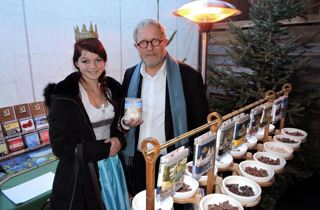 Harald Krassnitzer besucht den Verkostungsstand und die Königin der Bio-Heu-Region