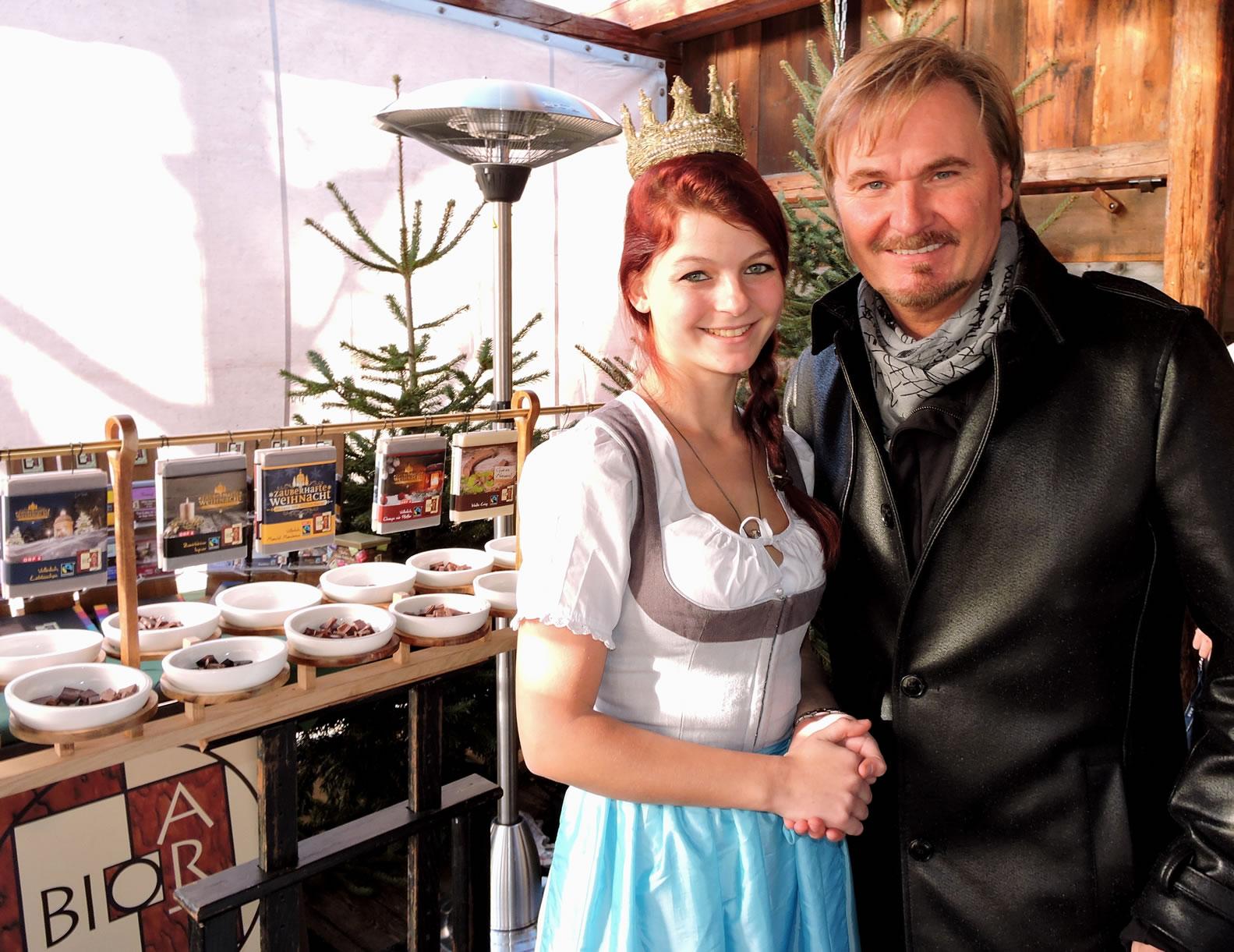 Nik P. mit der Königin der Bio-Heu-Region Maria Mühlbacher vor der köstlichen BioArt Heumilchschokolade