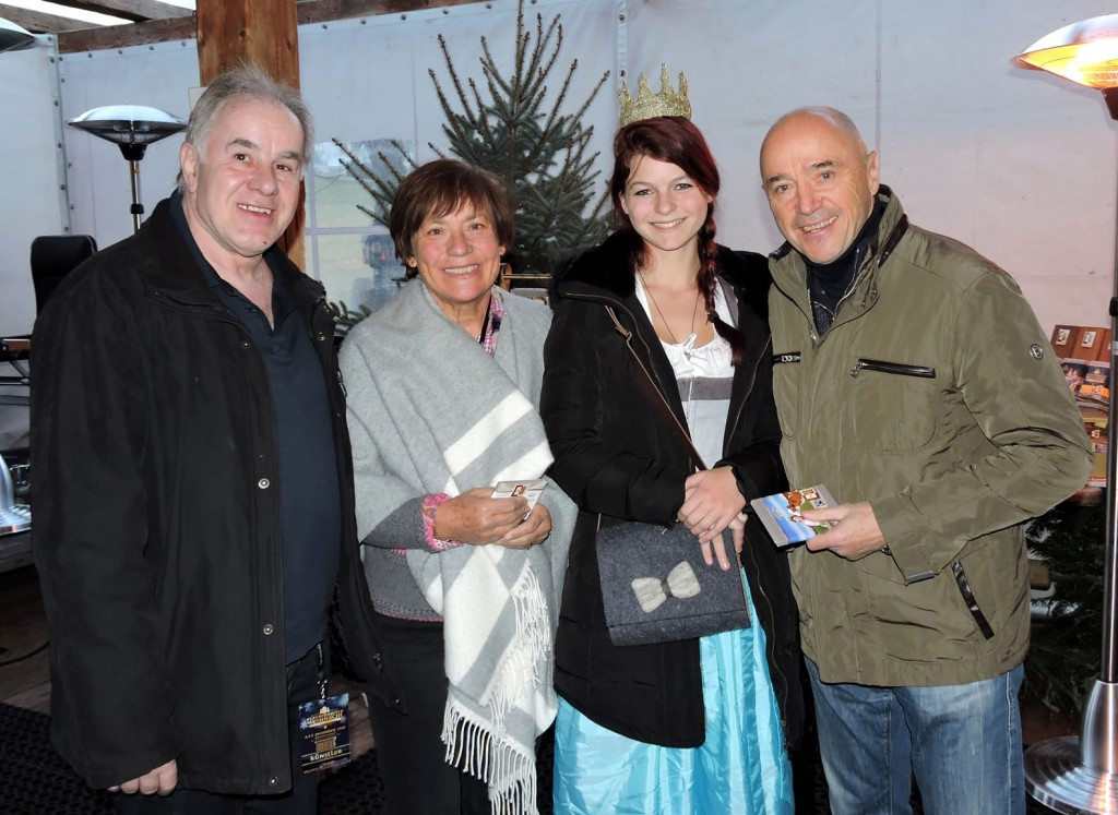 Hier signieren die Ehrengäste und Skilegenden Rosi Mittermaier und Christian Neureuther gerade eine Geschenkbox