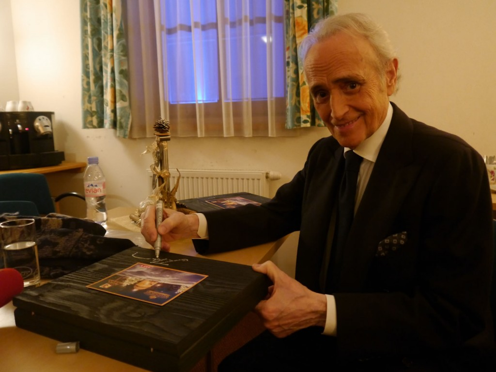 Jose Carraras und die Geschenkbox mit BioArt Heumilchschokolade fotografiert von Eva Brutmann ORF