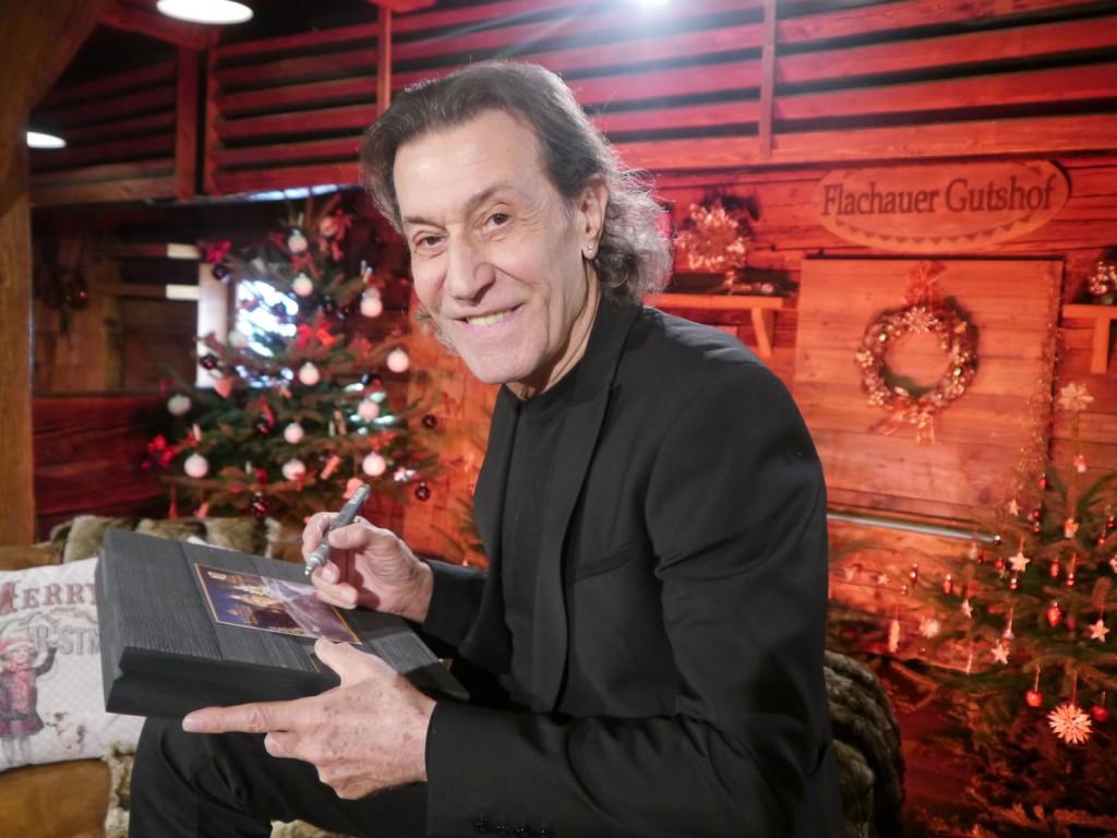 Albert Hammond beim signieren der BioArt Geschenkbox, fotografiert von Eva Brutmann ORF