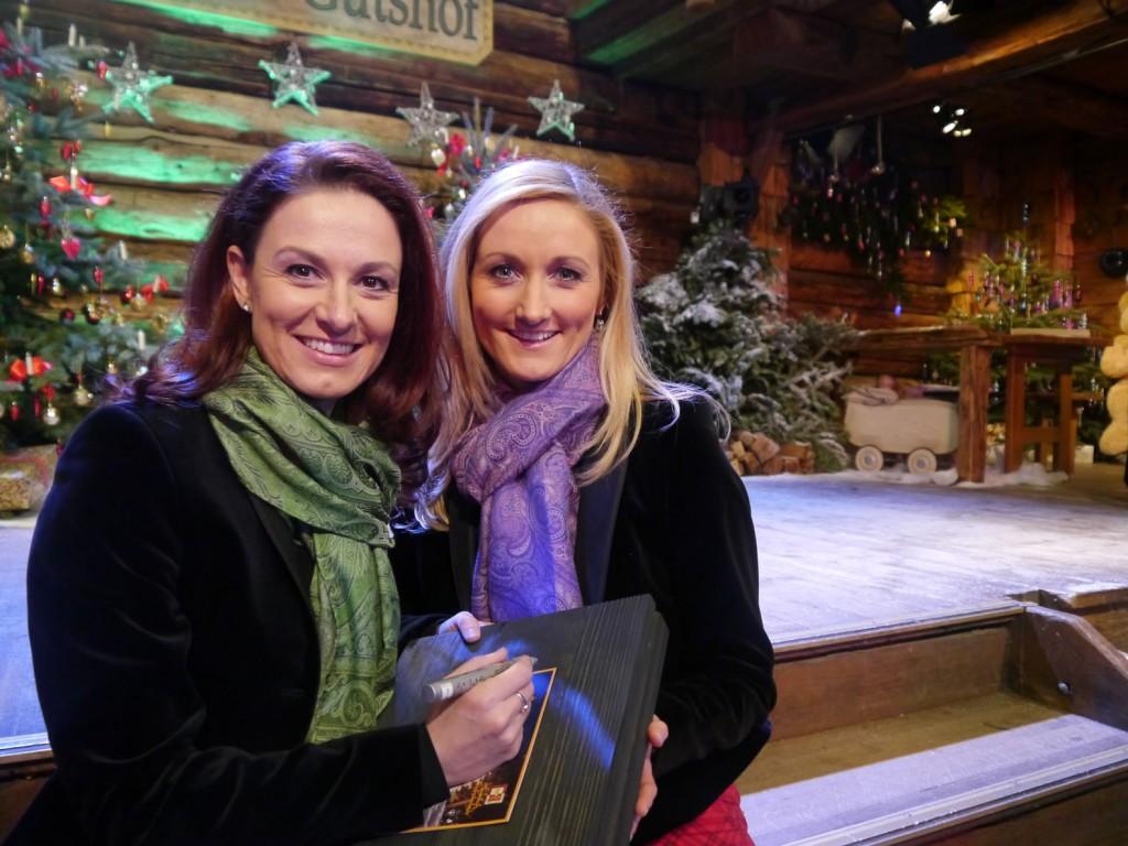 Siegrid und Marina signieren für ihre Fans die Geschenkbox mit BioArt Heumilchschokolade